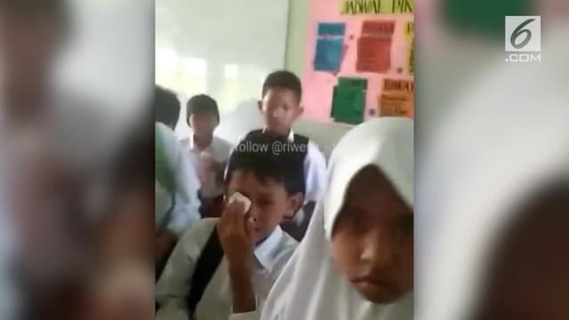 Ratusan siswa SD di Bekasi dipulangkan dari sekolahnya lantara terkena dampak gas air mata hasil bentrokan suporter sepak bola.