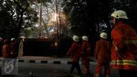 Petugas kebakaran berusaha memantau percikan api yang keluar dari kabel listrik setelah hujan deras mengguyur sore ini, di Jalan Imam Bonjol No 2, Jakarta, Selasa (28/3). Percikan tersebut di duga dari konsleting listrik. (Liputan6.com/JohanTallo)