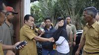Bupati Banjarnegara, Budhi Sarwono menjemput Lina, remaja gangguan jiwa untuk dirawat di RSJ. (Foto: Liputan6.com/Humas Pemkab BNA/Muhamad Ridlo).