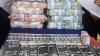 Ari Sigit mengembalikan Rp 3,5 miliar sebagai barang bukti kasus MeMiles. (Liputan6.com/ Dian Kurniawan)