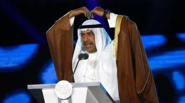 Presiden Dewan Olimpiade Asia (OCA) Sheikh Ahmad Al Fahad Al Sabah memberi sambutan dalam Upacara Penutupan Asian Games 2018 di Stadion Utama GBK, Jakarta, Minggu (2/9). Presiden OCA membuat lambang ungkapan rasa cinta ala Korea. (AP/Dita Alangkara)
