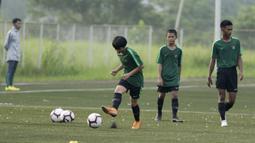 Pemain Timnas Indonesia U-16, Tristan Alif, menendang bola saat pemusatan latihan di Sawangan, Senin (13/5). Sebanyak 41 anak mengikuti seleksi untuk memperkuat timnas di Piala AFF U-15 2019 di Thailand. (Bola.com/M Iqbal Ichsan)