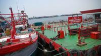 Sejumlah kapal bersandar untuk mengisi BBM jenis solar di Pelabuhan Ikan Muara Baru, Jakarta, Rabu (10/9/14). (Liputan6.com/Faizal Fanani)