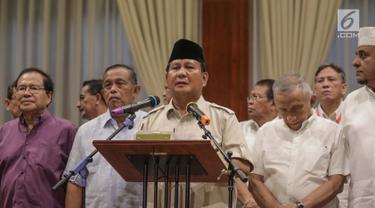 Capres Prabowo Subianto didampingi sejumlah pengurus BPN memberikan keterangan terhadap wartawan di Jakarta, Rabu (8/5). Prabowo menyoroti peristiwa-peristiwa politik terkini seperti pernyataan Hendropriyono soal Rizieq Shihab, dan penetapan tersangka Bachtiar Nasir. (Liputan6.com/Faizal Fanani)