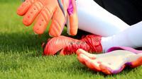 Kiper timnas China, Zhao Lina memakai sarung tangan sebelum mengikuti latihan di Shanghai (15/5). Wanita 26 tahun ini berharap dirinya dapat membantu meningkatkan kompetisi sepak bola wanita di China. (AFP Photo/China Out)