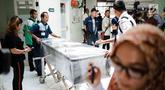 Petugas mendorong peti jenazah ibunda Roro Fitria, Raden Retno Winingsih, di Rumah Sakit Fatmawati, Jakarta, Senin (15/10). Peti jenazah ibunda Roro Fitria langsung dilapisi plastik wraping untuk diterbangkan ke Yogyakarta. (Liputan6.com/Faizal Fanani)