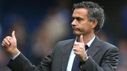 1. Jose Mourinho - Periode pertama kepemimpinannya berhasil meraih dua gelar Liga Inggris sementara periode keduanya menorehkan sebuah trofi Premier League dan Piala Liga. (AFP/Chris Young)