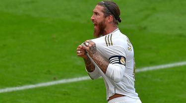 Bek Real Madrid, Sergio Ramos, melakukan selebrasi usai membobol gawang Athletic Bilbao pada laga La liga di Stadion San Mames, Minggu (5/7/2020). Real Madrid menang 1-0 atas Athletic Bilbao. (AFP/Ander Gillenea)
