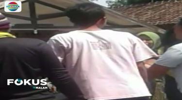 Warga menyatakan ledakan dua kali terdengar cukup keras di rumah kontrakan yang dihuni Anwar Bin Abdullah dan keluarga.