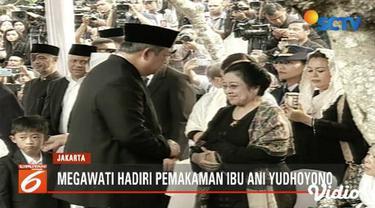 Presiden ke-5 RI Megawati Soekarnoputri hadiri pemakaman Ani Yudhoyono bersama Puan Maharani.