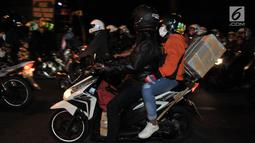 Pemudik sepeda motor melintasi ruas jalan Kalimalang, Bekasi, Jawa Barat, Minggu (2/7) malam. Kepadatan lalu lintas pemudik motor diprediksi akan berlangsung hingga H-2 Lebaran. (merdeka.com/Iqbal S. Nugroho)