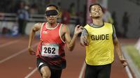 Pelari Indonesia, Abdul Halim Dalimunthe, melakukan selebrasi usai finis di posisi dua nomor 100M T11 pria pada Asian Para Games di SUGBK, Jakarta, Rabu (10/10/2018). Abdul Halim meraih medali perak. (Bola.com/M Iqbal Ichsan)