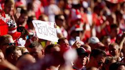 Para suporter Denmark juga tampak membentangkan poster bertuliskan dukungan untuk Eriksen. (AP/Martin Meissner, Pool)