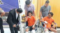 Ketua GKII Palembang Pendeta Trisno Kurnia bertanya kepada kedua tersangka pembunuhan ME (Liputan6.com / Nefri Inge)