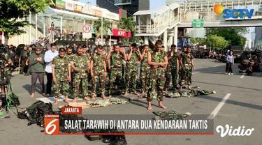 Meskipun harus mengamankan Ibu Kota saat kerusuhan 21 dan 22 Mei, personel Polri dan TNi tetap menjalankan ibadah di bulan Ramadan seperti kebanyakan umat muslim lain.