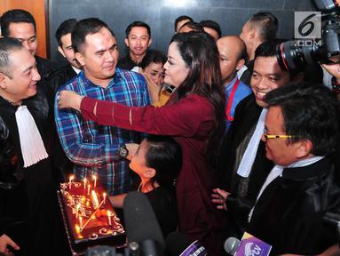 Penyanyi dangdut Saipul Jamil saat menerima kue ulang tahun sebelum menjalani sidang pembacaan putusan hakim di Pengadilan Tipikor Jakarta, Senin (31/7). Saipul Jamil berulang tahun yang ke-37 tahun. (Liputan6.com/Helmi Afandi)