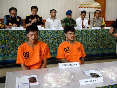 Dua warga Thailand tersangka penyelundup sabu-sabu, Prakob Seetasang (08) dan Adison Phonlamat (03) dalam konferensi pers di Kantor Bea Cukai Ngurah Rai, Denpasar, Senin (27/5/2019). Mereka ditangkap setelah mencoba menyelundupkan 989,66 gram sabu-sabu dari Bangkok menuju Bali. (SONNY TUMBELAKA/AFP)