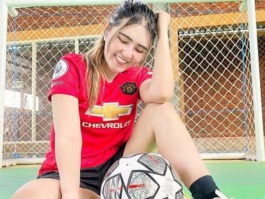 Via Vallen memang menyukai dunia sepak bola. Perempuan kelahiran 1 Oktober 1991 memiliki klub sepak bola favorit yakni Manchester United. Ia kerap memakai jersey Manchester United di beberapa momen seperti saat ia berada di lapangan futsal. (Liputan6.com/IG/@viavallen)