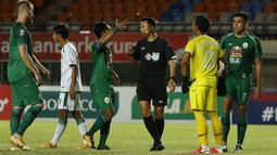 Kapten tim PS Sleman, Mohammad Bagus Nirwanto pun memprotes keputusan Yudi Nurcahya karena memberikan tendangan bebas bagi kubu lawan. (Foto: Bola.com/Ikhwan Yanuar)