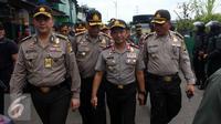 Kapolda Metro Jaya Irjen Tito Karnavian saat operasi menangani penyakit masyarakat di kawasan Kalijodo, Jakarta Utara, Sabtu (20/2). Ribuan aparat gabungan dikerahkan dalam operasi Pekat tersebut. (Liputan6.com/Faizal Fanani)