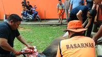 Kepala Kantor SAR Kendari hanya dalam hitungan menit memyembelih dan bagikan hewan kurban kepada warga.(Liputan6.com/Ahmad Akbar Fua)