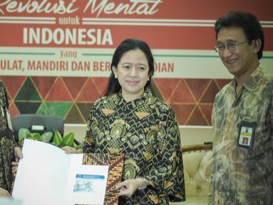 Menko Bidang Pembangunan Manusia Dan Kebudayaan, (PMK) Puan Maharani (tengah) ketika menyerahkan surat pemberitahuan tahunan (SPT) pajak penghasilan di Kantor Kementerian PMK, Jakarta, Kamis (26/3/2015). (Liputan6.com/Faizal Fanani)