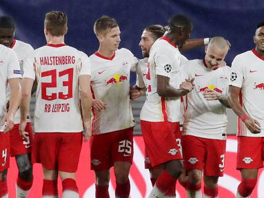 Para pemain RB Leipzig merayakan gol yang dicetak oleh Angelino ke gawang Basaksehir pada laga Liga Champions di Stadion RB Arena, Rabu (21/10/2020). RB Leipzig menang dengan skor 2-0. (AP/Markus Schreiber)