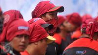 Seorang buruh ikut ambil bagian menggelar unjuk rasa di depan Mahkamah Konstitusi, Jakarta, Jumat (22/7). Para buruh menolak UU Pengampunan Pajak (Tax Amnesty) karena dianggap hanya menguntungkan para pengemplang pajak. (Liputan6.com/Gempur M Surya)