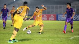 Pemain Bhayangkara FC, Renan Silva, menendang bola ke gawang Persik Kediri yang menghasilkan gol pada laga pekan kelima BRI Liga 1 di Stadion Madya, Jakarta, Rabu, (29/9/2021). (Bola.com/M Iqbal Ichsan)