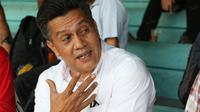 Ketua Asosiasi Asprov PSSI, Gusti Randa bercerita perihal pengunduran dirinya sebagai anggota Exco PSSI di Lapangan Sumantri Brojonegoro, Jakarta, Kamis (21/4/2016). (Bola.com/Nicklas Hanoatubun)