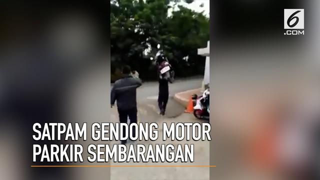 Cara yang tak biasa dilakukan seorang satpam untuk menertibkan motor yang parkir sembarangan.