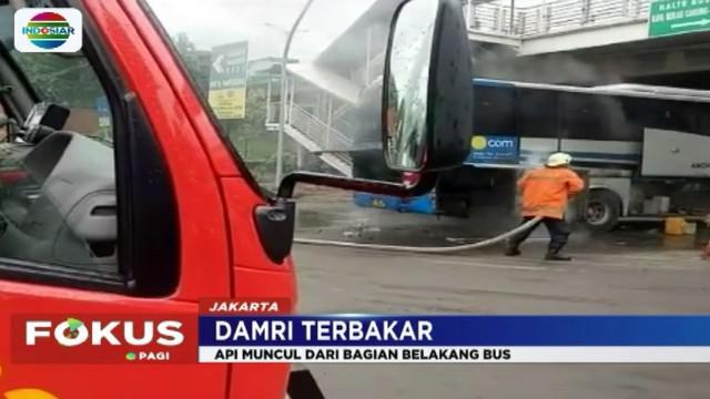 Seluruh penumpang bus yang baru berangkat dari Terminal Pulogebang menuju Soekarano Hatta berhasil menyelamatkan diri keluar bus.