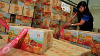 Petugas menyegel sejumlah kardus makanan siap edar saat penggerebekan pabrik makanan ringan ilegal oleh BPOM di Kota Tangerang, Kamis (4/8). Ada 7.000 kardus berhasil diamankan petugas dengan kerugian Rp 400 juta. (Liputan6.com/Gempur M Surya)