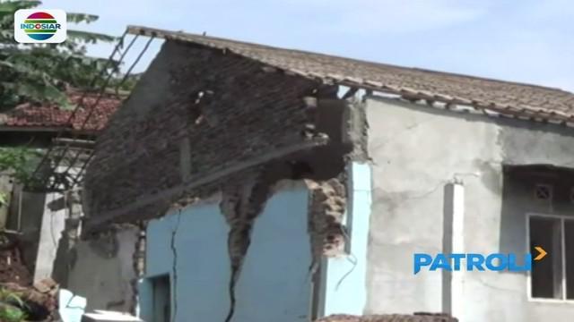 Belasan rumah yang rusak berat akibat dampak bencana tanah bergerak di Majalengka, dirobohkan. Sejumlah pemilik rumah juga memilih mengungsi ke tempat lebih aman.