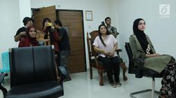 Rosmanizar saat menjalani sidang cerai perdana di Pengadilan Agama Jakarta Timur, Kamis (16/8). Rosmanizar menghadiri sidang cerai perdana tanpa kehadiran Enji mantan suami Ayu Ting Ting tersebut. (Liputan6.com/Herman Zakharia)