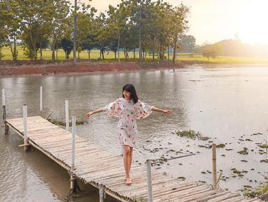 Aktris kelahiran 14 Juli 1995 memang selalu bergaya menawan di berbagai penampilan. Bahkan gayanya saat melepas penat di sebuah pinggiran sungai pun mencuri perhatian. Terlihat jelas, Glenca begitu bahagia menikmati suasana syahdu di sungai. (Liputan6.com/IG/@glenkachysara)