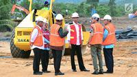 Presiden Joko Widodo saat memantau pembangunan jalan tol Padang-Pekanbaru, Sumatra Barat, Jumat , (9/2). Di ruas jalan tol Padang-Pekanbaru ini juga akan dibangun terowongan terpanjang di Indonesia. (Liputan6.com/Pool/Biro Setpres)