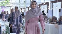 "Koleksi ""Kisah"" di Vanilla Hijab Annual Show 2019 Menyapa Senja di Stadion Akuatik, Gelora Bung Karno, Jakarta, 2 Mei 2019. (dok. Vanilla Hijab)"
