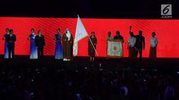 Menko PMK Puan Maharani membawa bendera Asian Games saat penutupan Asian Games 2018 di Stadion Utama GBK, Jakarta, Minggu (2/9). China akan menjadi tuan rumah Asian Games 2022. (Merdeka.com/Imam Buhori)