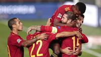 Para pemain Spanyol merayakan gol yang dicetak oleh Sergio Ramos ke gawang Ukraina pada laga UEFA Nations League Estadio Alfredo Di Stefano, Senin (7/9/2020). Spanyol menang 4-0 atas Ukraina. (AP Photo/Bernat Armangue)