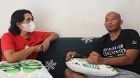 Ari Kurniawan, namanya melekat dengan Deltras Sidoarjo. Ari bersama channel youtube Omah Balbalan (Bola.com/Abdi Satria)