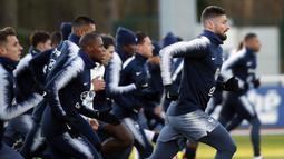 Striker Prancis, Olivier Giroud dan rekannya melakukan sesi latihan jelang laga kualifikasi Piala Eropa 2020 di Clairefontaine, Paris, Rabu (20/3). Prancis akan berhadapan dengan Moldova. (AP/Christophe Ena)