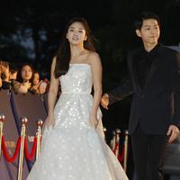 Song Joong Ki dan Song Hye Kyo di Baeksang Art Awards 2016. (Bintang/EPA)
