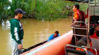 Petugas Basarnas Pekanbaru mencari bocah tenggelam. (Liputan6.com/M Syukur)