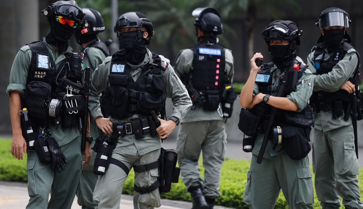 Polisi anti huru hara melakukan penjagaan di luar Gedung Dewan Legislatif di Hong Kong, Rabu (27/5/2020). Penjagaan ekstra dilakukan menimbang kemungkinan aksi menentang RUU yang mengkriminalkan penghinaan terhadap lagu kebangsaan China dan pemberlakuan UU keamanan nasional. (AP Photo/Kin Cheung)