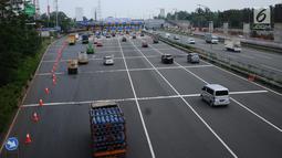 Sejumlah kendaraan memasuki kawasan gerbang tol Cibubur Utama, Jakarta, Jumat (8/9). Pasca perubahan sistem transaksi jalan tol Jagorawi menjadi sistem terbuka atau satu tarif, arus lalu lintas terlihat lebih lancar. (Liputan6.com/Helmi Fithriansyah)