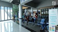 Calon penumpang menanti waktu masuk kapal penyeberangan eksekutif di Pelabuhan Eksekutif Sosoro, Merak, Banten, Minggu (2/6/2019). Untuk menambah pelayanan dan kenyamanan, ASDP membuka terminal penyeberangan yang menyatu dengan tempat perbelanjaan. (Liputan6.com/Helmi Fithriansyah)