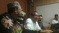 Tersangka Kasus Pengaturan Skor, Vigit Waluyo Memberikan Keterangan Usai Diperiksa di Mapolda Jatim. Foto: (Liputan6.com/Dian Kurniawan)