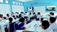 Suasana belajar di dalam Samsung Smart Learning Class di SD YPK Waupnor, Biak, Papua.