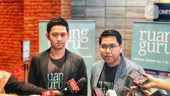 Adamas Belva Syah Devara, CEO dan co-founder Ruangguru (kiri) dan Muhammad Iman Usman, CPO dan co-founder Ruangguru (kedua dari kiri). (Liputan6.com/ Mochamad Wahyu Hidayat)